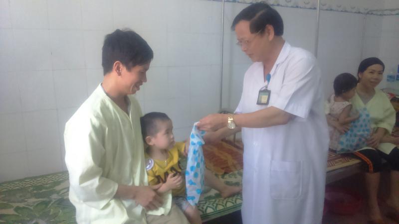 Tổ chức ngày Quốc tế Thiếu nhi 1/6 và tặng quà bệnh nhi.